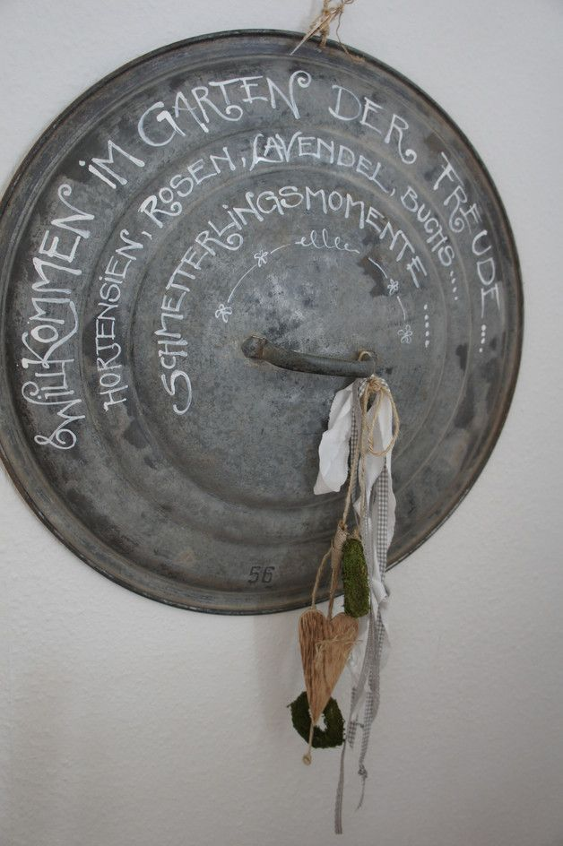 Eine wunderschöne und originelle Art, Gäste im Garten willkommen zu heißen.... Ein uralter Zinkdeckel....liebevoll mit Worten versehen und dekoriert.... Ein Blickfang.... Durchmesser Deckel 65...