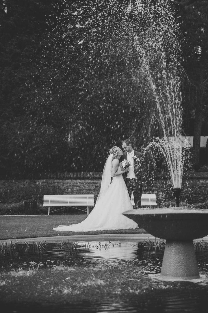 Couple posing on their wedding by the fountain / Poses bruidspaar op hun bruiloft bij de fontein. Made by me / Gemaakt door mij: www.fotozee.nl Ik ben graag jullie trouwfotograaf! photography trouwfoto's trouwfotografie bruidsfotografie