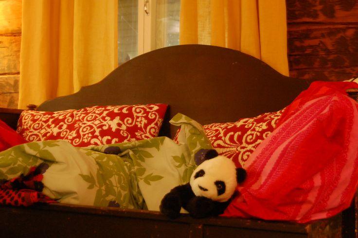 Panda bear from Ikea in Espoo on tour with family in Loviisa, at Villa Sorella Bed and Breakfast. Photo Johanna Blåfield.