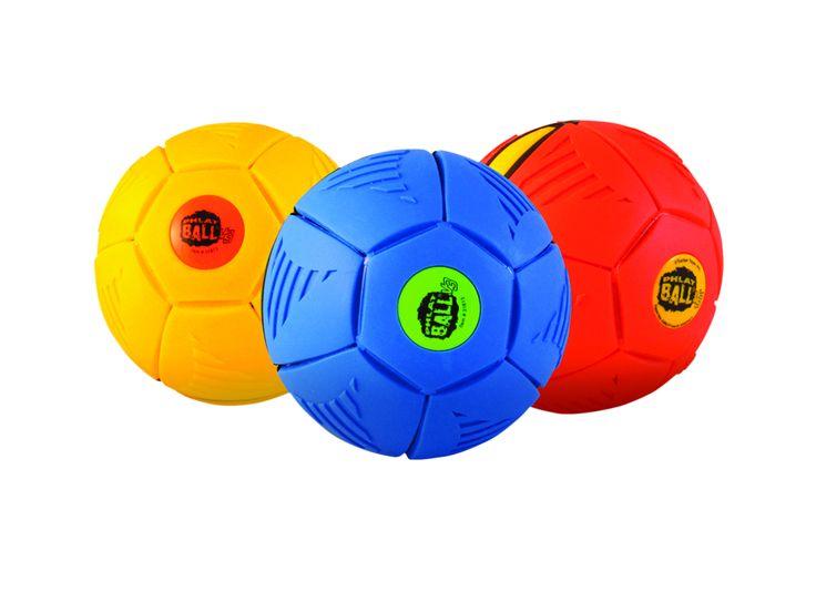 Mieux que le discobole, le disco-ballon : distribué par Goliath, le Phlat-Ball revient cet été. Le principe ? Écrasé, il se lance comme un disque mais reprend sa forme ronde en plein vol pour des parties de ballon endiablées. via lsa-conso.fr