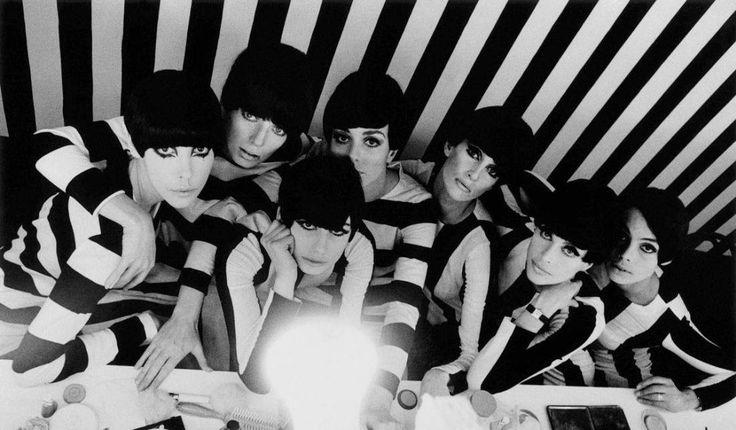"""""""Who are you, Polly Maggoo?"""" - O longa aborda com humor e elegância o mundo da moda e a inclusão da modelo americana Polly Maggoo (Dorothy MacGowan), de 20 anos, nos desfiles da alta-costura em Paris. Um clássico!"""
