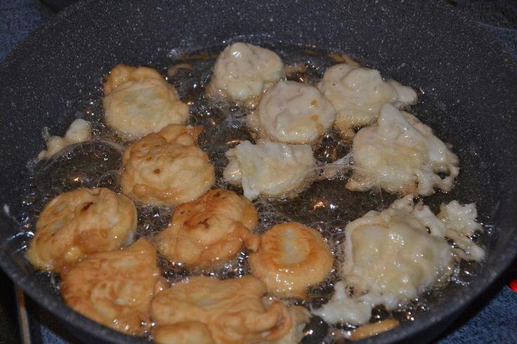 Кочан граммов 700, 4 яйца, 3\4 стакана муки (плюс-минус, зависит от муки), сметаны пара ст.л. (можно и без), соль, масло для жарки и вода для варки.