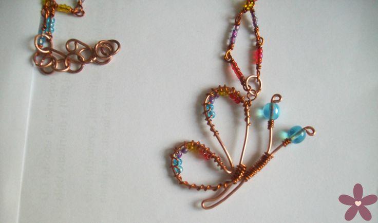 collana con ciondolo farfalla_rame e perline.  Handmade jewellery #wire