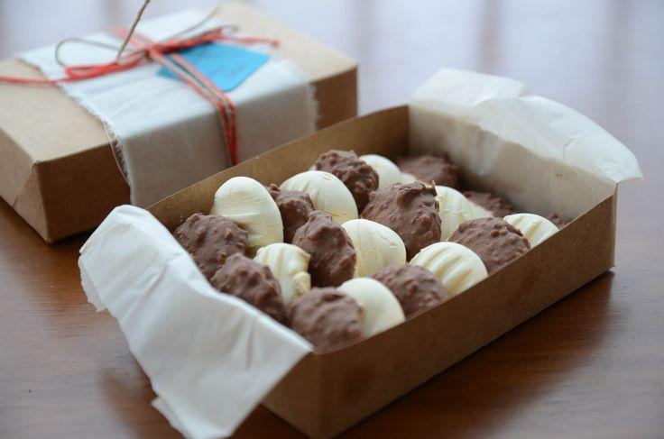 bolachinha de leite condensado cobertos por chocolate ao leite