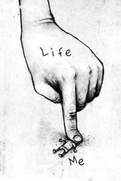 Hayat bizi her zaman ezmeye çalışır,bizi test eder.Biz bu zorluklara karşı çıkmaya çalışırız ama bazen verdiğimiz savaş yetersiz kalır.Ve eziliriz....