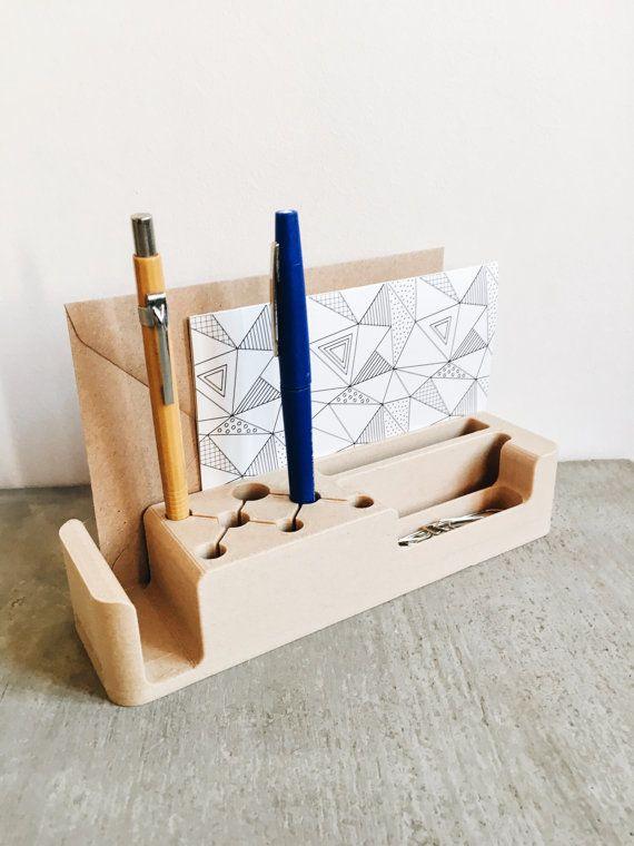 Minimal Design ist so toll, weil es trotz seiner Zurückhaltung so unglaublich individuell gestaltbar und einsetzbar ist. Diesen Schreibtisch-Organizer gibt es bei Etsy.