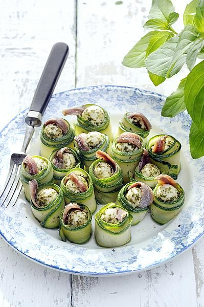 Mozzarella Balls marinated in oil with basil mint rolled in zuccini - http://www.seasons.nl/2014/seasons-lifestyle/seasons-culinair/seasons-recept/groenten/mozzarellabolletjes-gemarineerd-olie-basilicummunt/