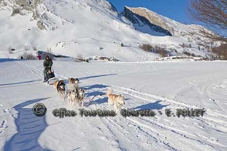 Ballade en chiens de traineaux à Gourette.   Plus d'informations: www.gourette.com