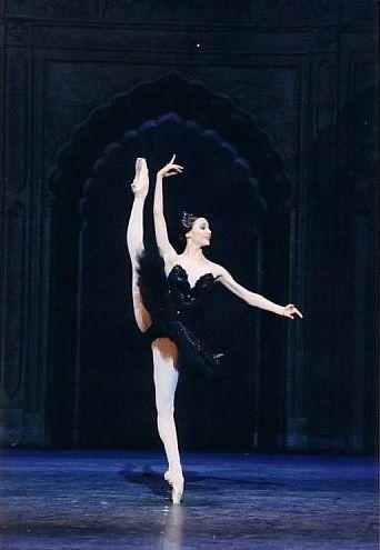 Adoro essa coreografia! Umas das mais lindas para black swan e muito bem executada, óbvio - Svetlana Zakharova as the black swan doing an amazing développé.