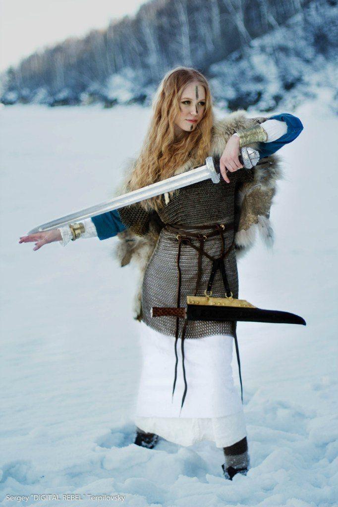 девушка-воин в кольчуге и с мечом.