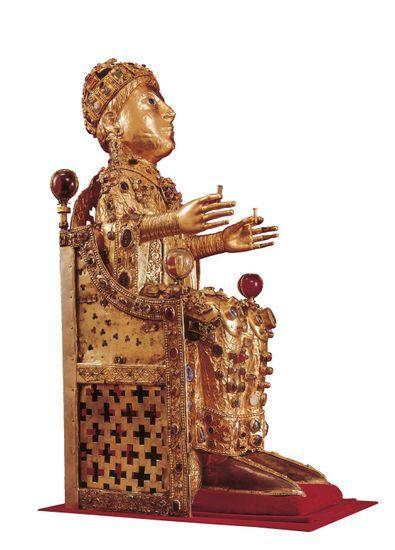 Statue reliquaire de sainte Foy  Statue conservée à l'abbaye de Conques (XIe-XIIe siècle), dans l'Aveyron. Cette abbaye possède le plus important trésor médiéval conservé en France. Relique doré incrustée de joyaux représentant un homme portant une couronne et vêtu d'une tenue riche assis sur un trône.
