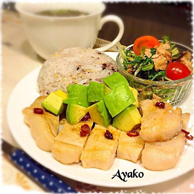 にんにく風味のタレに漬けたステーキは、食欲をそそります(*^^*) ・雑穀ご飯 ・ピリ辛ポークステーキ ・水菜とツナの塩昆布サラダ ・もずくのスープ - 122件のもぐもぐ - ピリ辛ポークステーキプレート by ayako1015