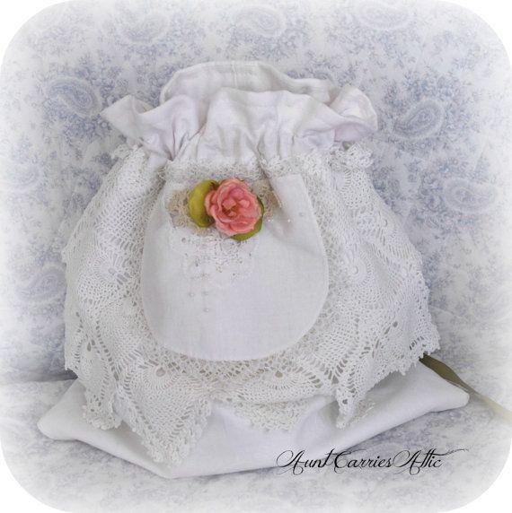 Un cordon de sac pour les cartes, la danse dollar ou conseils de mariage de mariage, il est fabriqué à partir de coton texturé et doublé avec le même tissu. Le cordon se noue dans le dos avec ruban de satin vert.  Sur le devant, j'ai fait un napperon de collage de crochet délicat et dentelle. La touche finale est une épingle rose shabby avec un peu de dentelle et de perles.  Il est plus lourd que la plupart des sacs-cadeaux parce que j'ai doublé avec vintage en coton robuste, solide…