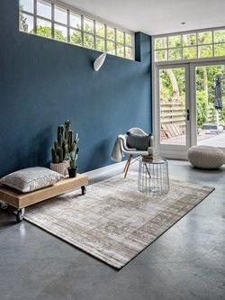 <p>Je kunt nog zo'n prachtige vloer in huis hebben liggen, er gaat toch echt niets boven een prachtig en heerlijk aanvoelend vloerkleed! Het geeft iedere woonkamer net dat beetje extra, een echte sfeer verhoger. Bovendien is het heerlijk warm aan de voeten het gehele jaar door. Binnen de Vintage vloerkleden lijn zijn er verschillende kleuren beschikbaar waar je uit kunt kiezen.</p>  <p>De vloerkleden zijn gemaakt van lekker zacht synthetisch wol (polyamide) en h...