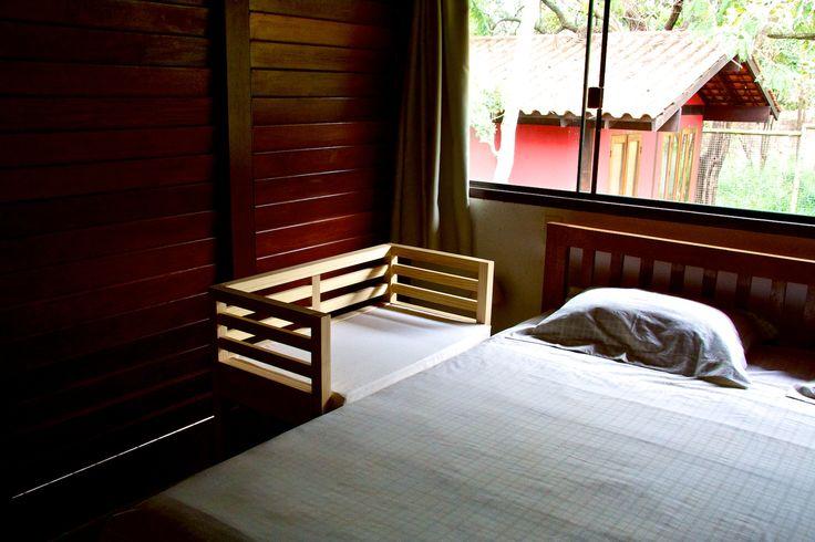 O co-sleeper é um mini-berço que funciona como uma extensãoda cama dos pais. Paise bebê dormem juntos, sem os riscos de dormirem na mesma cama. Proporciona conforto, comodidade e segurança para os paise o bebê. Feitoem madeira maciça, com acabamento em cera de abelhas e óleo de tungue. Inclui colchão de espuma de densidade 20, com capa em algodão cru ezíper para facilitar a lavagem. O colchão mede 80 x 45 x 5 cm. A altura é determinada de acordo com a altura da cama dos pais.