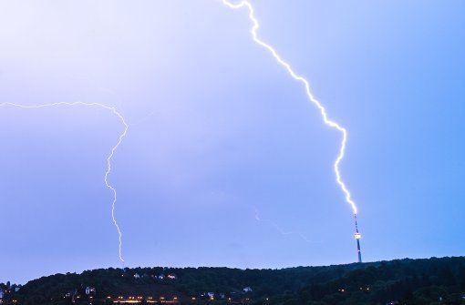 Ein Schauspiel, das häufig vorkommt, aber eher selten fotografisch so eingefangen wird: Blitze, die im Stuttgarter Fernsehturm einschlagen. Foto: 7aktuell.de/Gerlach