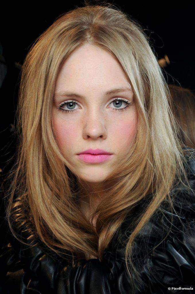 Isabeli Fontana possui os cabelos lisos grossos e os usa em corte reto atrás com leve repicado na parte da frente