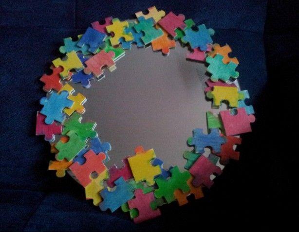 Heb je een incomplete puzzel? Gooi de puzzel niet weg. Verf de puzzelstukjes in verschillende kleuren en plak ze daarna op een spiegel. Leuk cadeau van kleinkind aan oma!