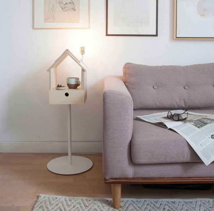 Conçue avec la multi-fonctionnalité à l'esprit, la table de chevet Birdhouse de Lianne Siebring de Siebring & Zoetmulder Design Products, est un petit meuble d'appoint inspiré d'un nichoir et comprenant une luminaire, un marque-page et un tiroir.  Birdhouse est fabriquée à partir d'un corps en contreplaqué de bouleau, un pied en métal blanc et un luminaire en laiton, lui conférant un look minimaliste, à la fois ludique et sophistiqué. Idéale à côté d'un lit, elle trouvera également sa…