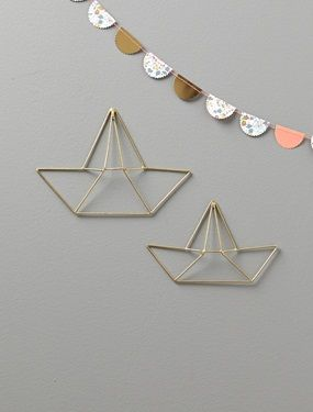 Gehen Sie on Board im Metall-Boot im Origami-Stil. Schlichte und raffinierte Wanddekoration.Details2 unterschiedliche Größen: 20,5x13cm und 24x17cm. Leichte Wandbefestigung durch Kordel oder Nagel.MaterialMetall, goldfarbig.;