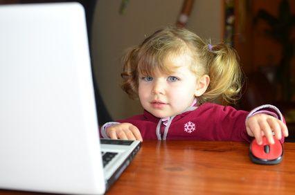 ¿SABES QUÉ EFECTOS NEGATIVOS TIENE EL USO DE LAS REDES SOCIALES EN TU DÍA A DÍA?  La necesidad de mirar constantemente el móvil baja nuestro rendimiento y empobrece nuestras relaciones sociales y familiares. España es, según la Comisión Nacional del Mercado y de las Telecomunicaciones, el país donde más usamos el whatsapp.  Sígueme Leyendo aquí: http://www.centrohilaribaldo.com/blog/%C2%BFsabes-qu%C3%A9-efectos-negativos-tiene-el-uso-de-las-redes-sociales-en-tu-d%C3%AD-d%C3%AD