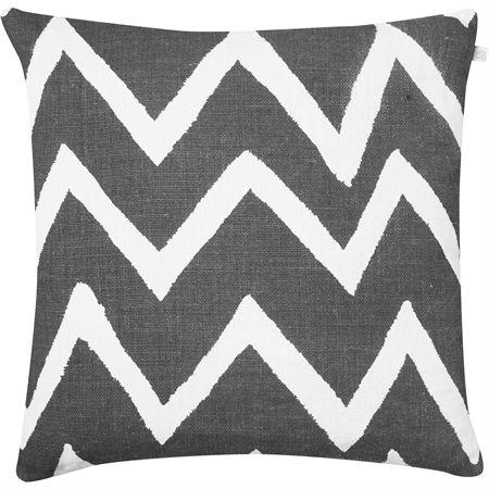 Zigzag Reverse kuddfodral från Chhatwal & Jonsson. En stilren och dekorativ kudde med stort zigzagmönster som blir en tjusig detalj i soffan, fåtöljen eller på sängen.