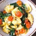 Dieses Rezept für Tortellini mit Tomaten-Sahnesauce und Spinat ist einfach und in 20 Minuten fertig. Super lecker und absolutes Soulfood!