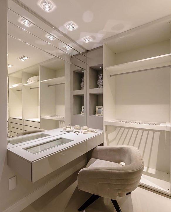 Espaço para maquiagem no closet. Desejando... Amei! @pontodecor Projeto Adriana Piva www.homeidea.com.br | Face: /bloghomeidea #bloghomeidea #olioliteam #arquitetura #ambiente #archdecor #archdesign #hi #homestyle #home #homedecor #pontodecor #homedesign #photooftheday #love #interiordesign #interiores #cute #picoftheday #decoration #world #lovedecor #architecture #archlovers #inspiration #project #regram #closet