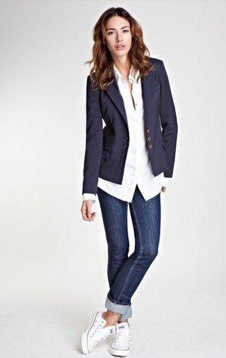 Entscheiden Sie sich für einen Dunkelblauen Sakko mit Dunkelblauen Enger Jeans für ein bequemes Outfit, das außerdem gut zusammen passt. Weiße niedrige Sneakers vermitteln einen schönen Kontrast zu dem Rest des Looks.