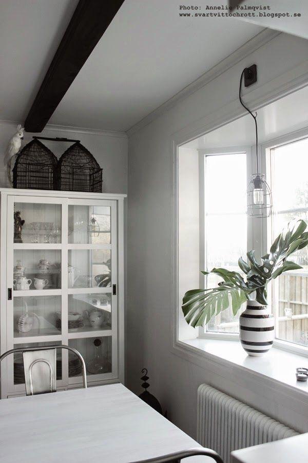 bunches, blomsterbutik i göteborg, smart förpackning, förpackningar, monstera, växt, gröna växter, växterna, vitt vitrinskåp, fågelbur, fågelburar, kähler vas, svartvit randig vas, vaser,
