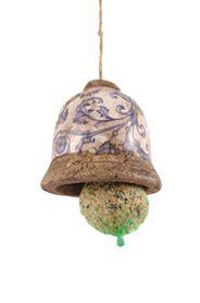 Kék-fehér virág mintázatú, antikolt kerámia madáretetõ harang, madáreleséggel együtt.Díszdobozban szállítjuk.Mérete: átmérõ: 10cm, magasság: 11cmSúlya: 0,59kg