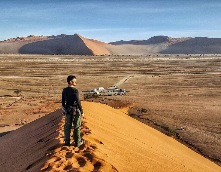 O #tbt é da Namíbia do alto da Duna 45 onde assistimos um lindo nascer do sol. #NerdsNaNamíbia Nunca subimos tantas dunas de areia como nessa região. E cada uma mais alta que a outra. Para ter ideia olha o tamanho dos carros no estacionamento abaixo da duna. Mas com certeza a vista do alto é muito mais bonita!
