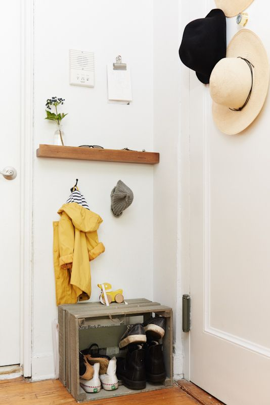 Erin Boyle of Reading My Tea Leaves invites us into her minimalist Brooklyn abode.