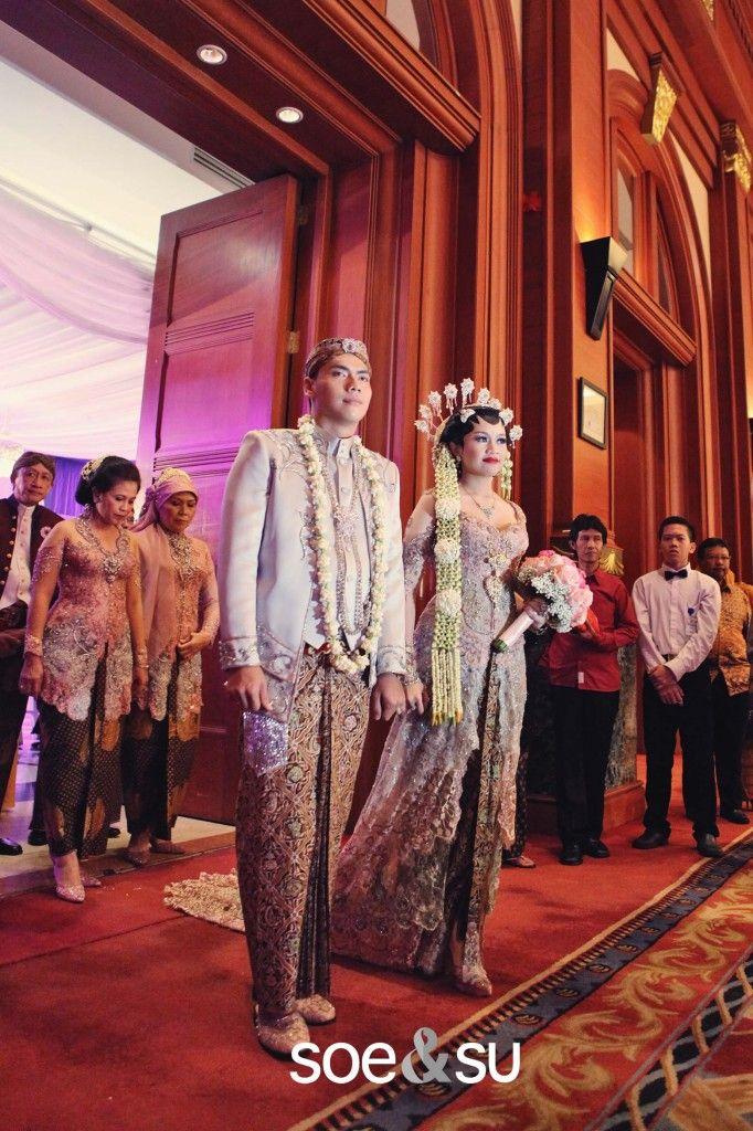 Pernikahan Jawa di Bidakara. Kebaya by Anne Avantie - www.thebridedept.com