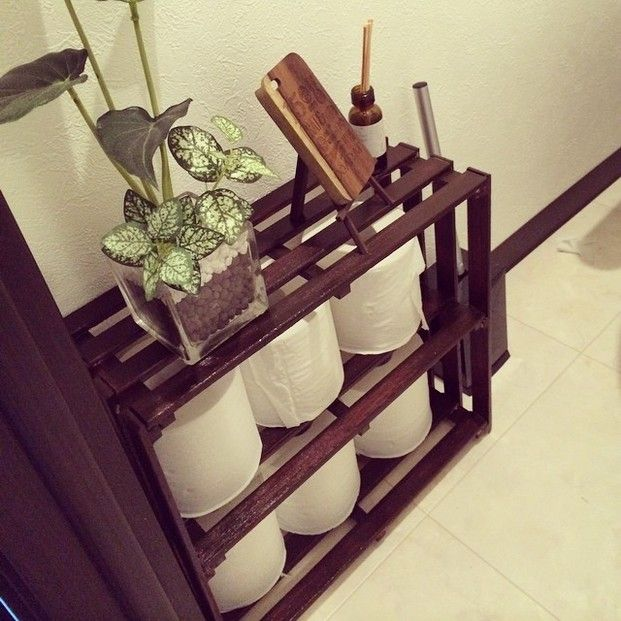トイレットペーパーを収納する棚もすのこでできます。丸見えなのが気になる方は布で目隠しを付けておきましょう。上は観葉植物や芳香剤などを置くスペースとしても活用できますね。