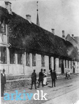 arkiv.dk | Gothersgade 26-28 I baggrunden ses spiret på Sct. Knuds Kirke.