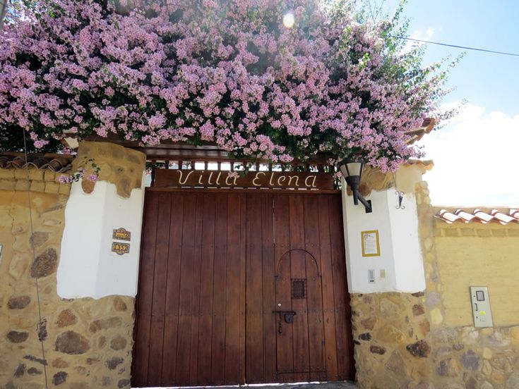 14. Las puertas de las casas tienen flores de colores que enmarcan y realzan la entrada