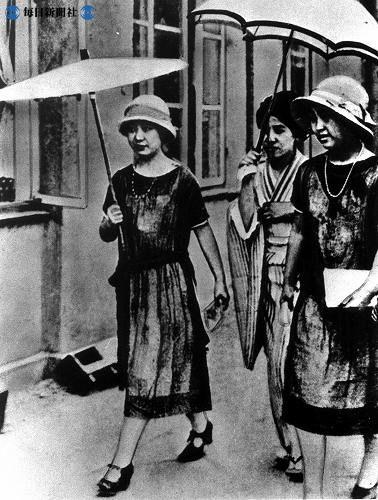 日傘、ハイヒールの女性、モガ/1924 (大正13年) 撮影  Japan 1924, mo-gas out with a friend