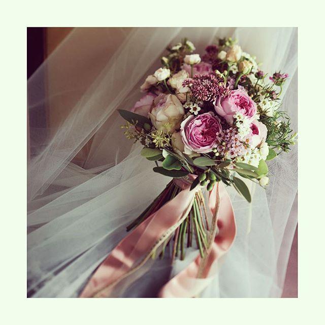 #flower of the day 女性らしさを奏で、春の訪れを告げるような、トーンが異なるやさしいピンクカラーのフラワーでまとめたロマンティックなブーケ。ウエディングドレスだけでなく、ブルーやグリーンなどの様々な色のカラードレスとも相性が良いので、ぜひコーディネートのヒントに。  #feminine #pink #dramatic #sweet #beautiful #flower #weddingday #wedding #bride #bridetobe #happyday #yolo #instawedding #instagood #loveit #instaflower #bouquet #weddingbouquet #ウエディング #結婚式 #花嫁 #プレ花嫁 #ドラマチック #ピンク #ひな祭り #桃の節句 #結婚式準備 #ノバレーゼ #NOVARESE
