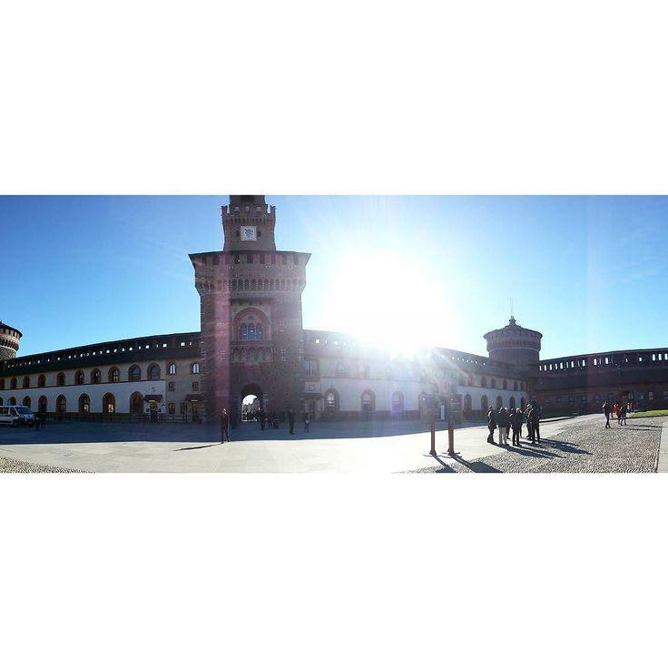 Milano: perché non c'è solo la nebbia. Il segreto di sorprendere positivamente è abbassare le aspettative. Uno si aspetta di trovare solo la nebbia. E invece oltre la nebbia scopre che cè molto MOLTO di più !!! #milano #castellosforzesco #monthsago #sunnydaymilano #sunisshining #architecture #milan #cityart #weekend #italy #city #sforzacastle #inlovewiththiscity #igersmilano #milanocity #milanodavedere #ricordi #memories by stefania_nones