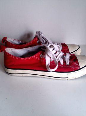 Zapatillas rojas de ropa compradas en Primark esta primavera. Zapatillas  estilo Converse All star bajas