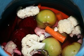 Végre egy savanyúság recept, amiben nem lehet csalódni! Minden évben legalább egy hordónyit elrakok! További jó savanyítgatást :) Hozzávalók: (18 literes hordóhoz) káposzta, karfiol, uborka,[...]