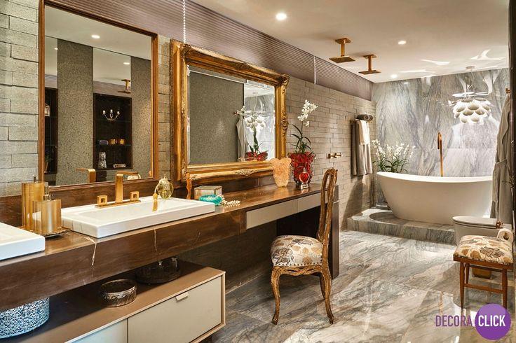 Decoração de Interiores – Banheiros  Projeto: Alessandra Lobo Esbanjando luxo, este banheiro mescla o clássico e o moderno. O ambiente possui toques rústicos como o revestimento de brique, e um lindo toque de brilho, como os espelhos emoldurados e o dourado nas louças e móveis. Acima da banheira, temos um pendente super charmoso assinado pelo alemão Christophe Mathieu.  Veja mais no nosso Decora Blog!  http://decoraclick.com.br/?p=14296&preview=true