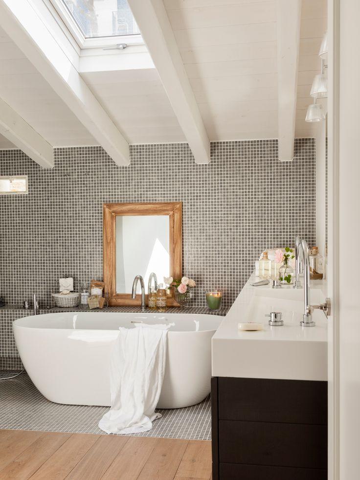 MURO PARA APOYAR JUNTO A BAÑERA-Baño abuhardillado con vigas blancas, pared de gresite, bañera exenta, lavamanos rectangular y mueble negro y espejo 00435427