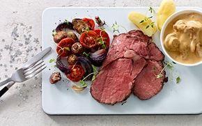Marmoreret oksefilet med langtidsstegte grønsager og svampesauce  En skøn hovedret til gæster. Det meste kan gøres klar i god tid, så du blot skal varme saucen og kartoflerne og anrette de saftige grønsager og det flotte kød.