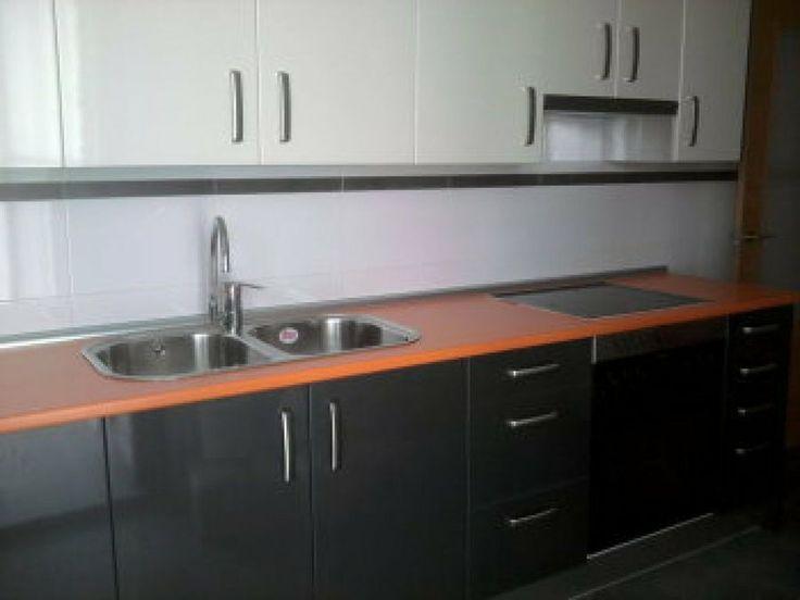 Una gran parte de las cocinas están compuestas de muebles de formica, por lo que vamos a ver los pasos que debemos seguir para pintarlos.