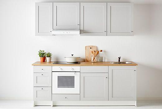 KNOXHULT é uma cozinha modular completa: os armários já trazem portas, prateleiras e gavetas de fecho suave. Só tem de escolher os puxadores, as maçanetas, as bancadas e os eletrodomésticos. A tonalidade cinzento clara e os detalhes da frente conferem-lhe um aspeto agradável e tradicional.