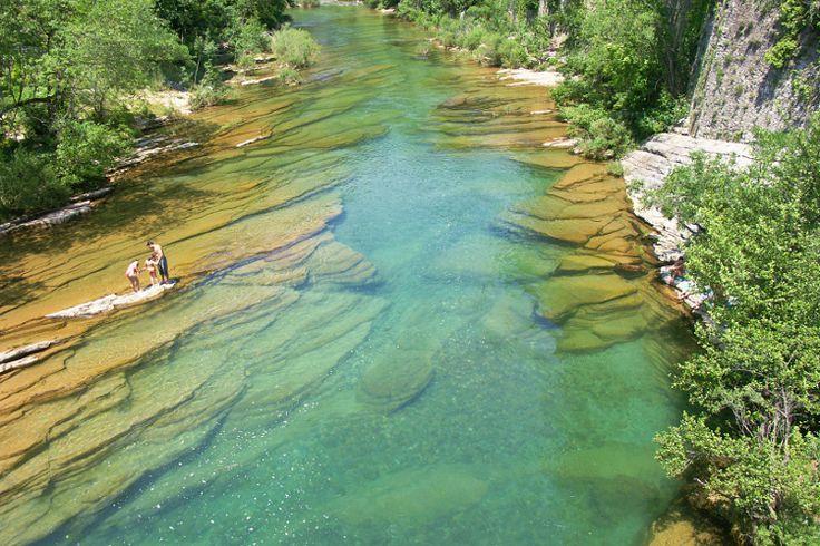 Pas besoin de parcourir la planète pour s'offrir des baignades de rêve. Cascades, baignoires naturelles, criques, rivières ou lacs, découvrez ces petits coins de France où les baignades se font sauvages !