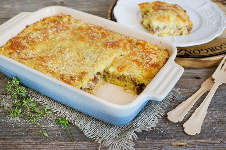 Il pasticcio di patate è uno squisito comfort food: prova la ricetta di questo secondo piatto, ancor più gustoso con scamorza e salsiccia.