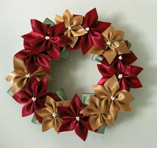 Hoy te tengo un paso a paso para realizar una bonitacorona navideñapara adornar tu puerta. Comencemos con una de mis preferidas, una hermosa corona de flores hecha con cintas. Materiales: -Un aro de unicel o telgopor -Rollos de cintas de color blanco, rojo, verde y ocre -Pistilos para flores artificiales de color blanco -Alambre de